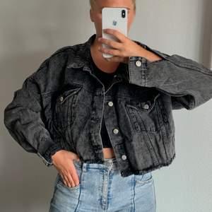 Jeansjacka från NA-KD, i en kortare modell. Använd 1-2 gånger.