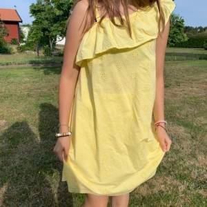 Jätte gullig klänning från H&M. Köptes alldeles nyss och kommer inte till använding. Köptes på barnavdelningen så är i storlek 170 men är som en S skulle jag säga❤️