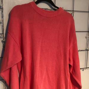 Rosa stickad tröja i storlek L, finns en liten fläck men fixar det innan den skickas, 45 kr + frakt 🥰