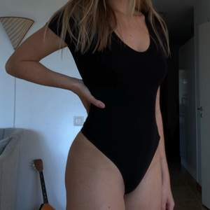 Så fin basic body med string från NA-KD, perfekt att ha under jeans eller shorts! 😍 Passar S-M! Endast använd en gång, säljer då den tyvärr inte kommer till användning 🥺