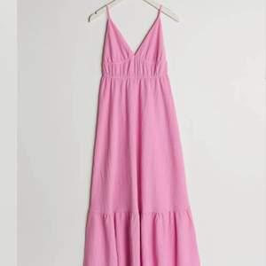 Intressekoll! Tänkte kolla om någon är intresserad av min rosa klänning från gina. Den är helt slutsåld! Kom med bud🥰