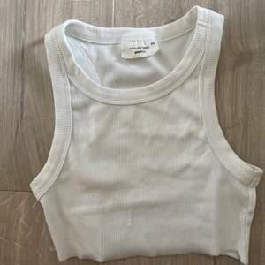 ett cropped linne från ginatricot som jag säljer då det är för stort.. så fin!