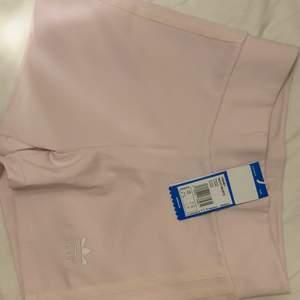 Super fina helt oanvända rosa adidasshorts. Väldigt fina och super fin ljus rosa färg. Super sköna