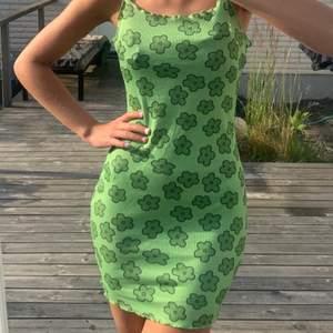 Riktigt skön, grön blommig klänning, sitter jättefint och formar kroppen bra:)