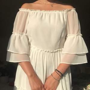 Vit klänning från VILA clothes. Kan ha off shoulder eller på. Bra till student eller konfirmation 💓 fråga gärna efter fler bilder