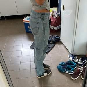 Snygga Levis jeans, blekta. Sitter oversized på mig som är en 38 ibland 40. Jag är 182cm☺️