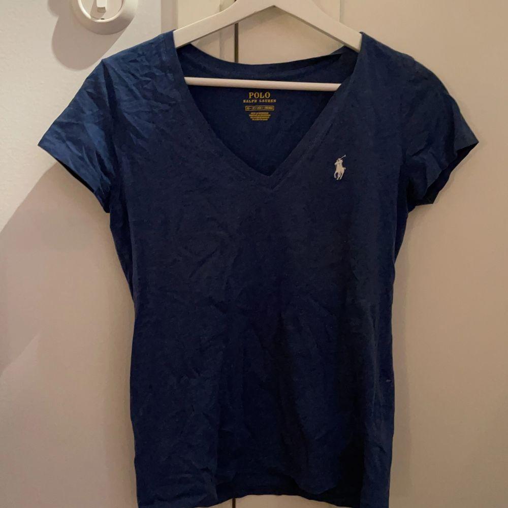 Ralph Lauren t-shirt, aldrig använd utan bara varit liggande i garderoben. Stl XS men passar även för S. 100kr + köparen står för frakt! . T-shirts.