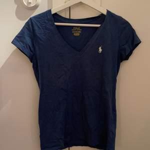 Ralph Lauren t-shirt, aldrig använd utan bara varit liggande i garderoben. Stl XS men passar även för S. 100kr + köparen står för frakt!