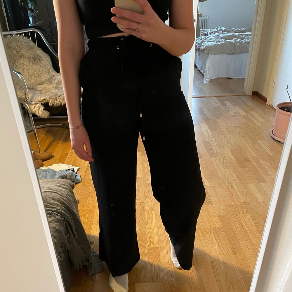 Snygga kostymbyxor med hög midja och visa ben. Snörning i midjan. Storlek 36 men känns snarare som 34. ✨ Kan mötas upp i Linköping alternativt skickas mot fraktkostnad!. Jeans & Byxor.