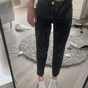 Min jeans säljes! Kan fraktas om köparen betalar annars mötas upp i Göteborg. Är 170🤍