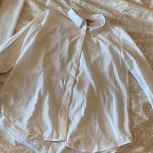 En vit skjorta från hm💗 lite genomskinlig men söt💗 i storlek 40 men jag har ofta 36/s💕  guldknapp upptill