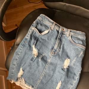 Skitfin jeans kjol, asfin till sommaren knappt använd och inga tecken på det, köparen står för frakt❤️❤️