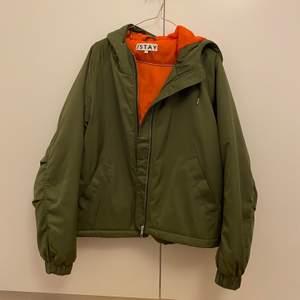 Grön jacka i bombermodell från Stay. Aldrig använd, så nyskick. Storlek L.