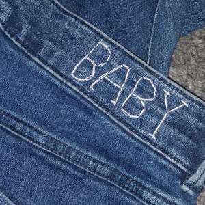 Coola jeans med baby broderat på baksidan. Stretchiga och höga i midjan! Köparen står för frakt