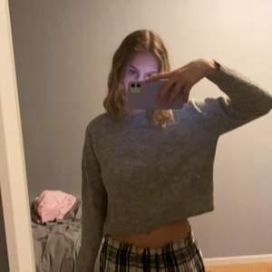 Stickad tröja från hm som är i en kortare modell. Bra skick