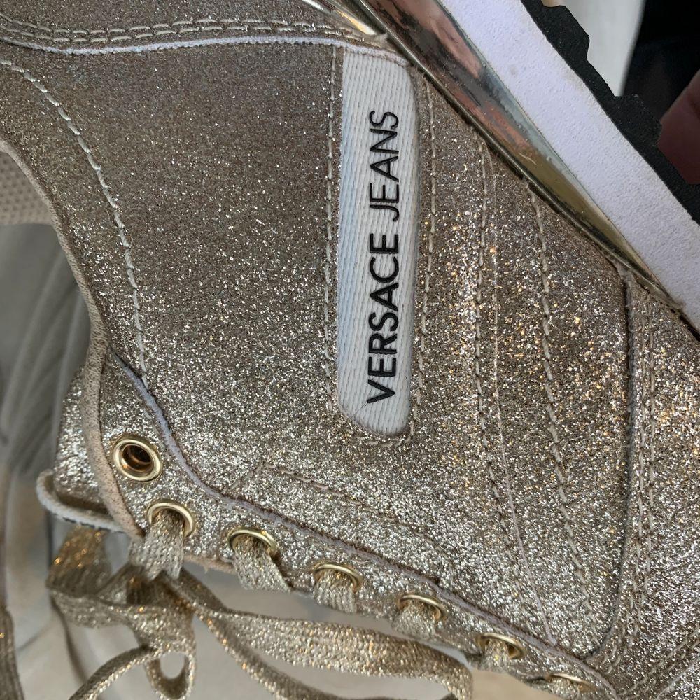 Snygga och sköna sneakers ifrån versace 🤎🧸. Använda max 5 gånger och därför i nyskick 💖. . Skor.