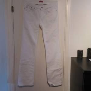 Jeans storlek 28