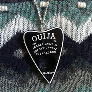 Så fint ouija-board halsband tillverkad i svart resin 🎱🕯 Frakt tillkommer på 11kr !!