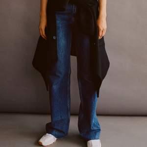 Mörkblå jeans från zara, helt slutsålda på hemsidan. Använda endast 1-3 ggr, därav väldigt fint skick. Går även att klippa ifall dem är förlånga. Skriv om du undrar något eller vill ha egna bilder!🌸 Säljer vid bra bud:) Börjar budgivningen på 100kr. Köp direkt för 250kr!