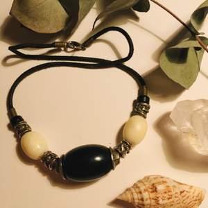 Fint 90-talshalsband med svartvita pärlor och silver detaljer.