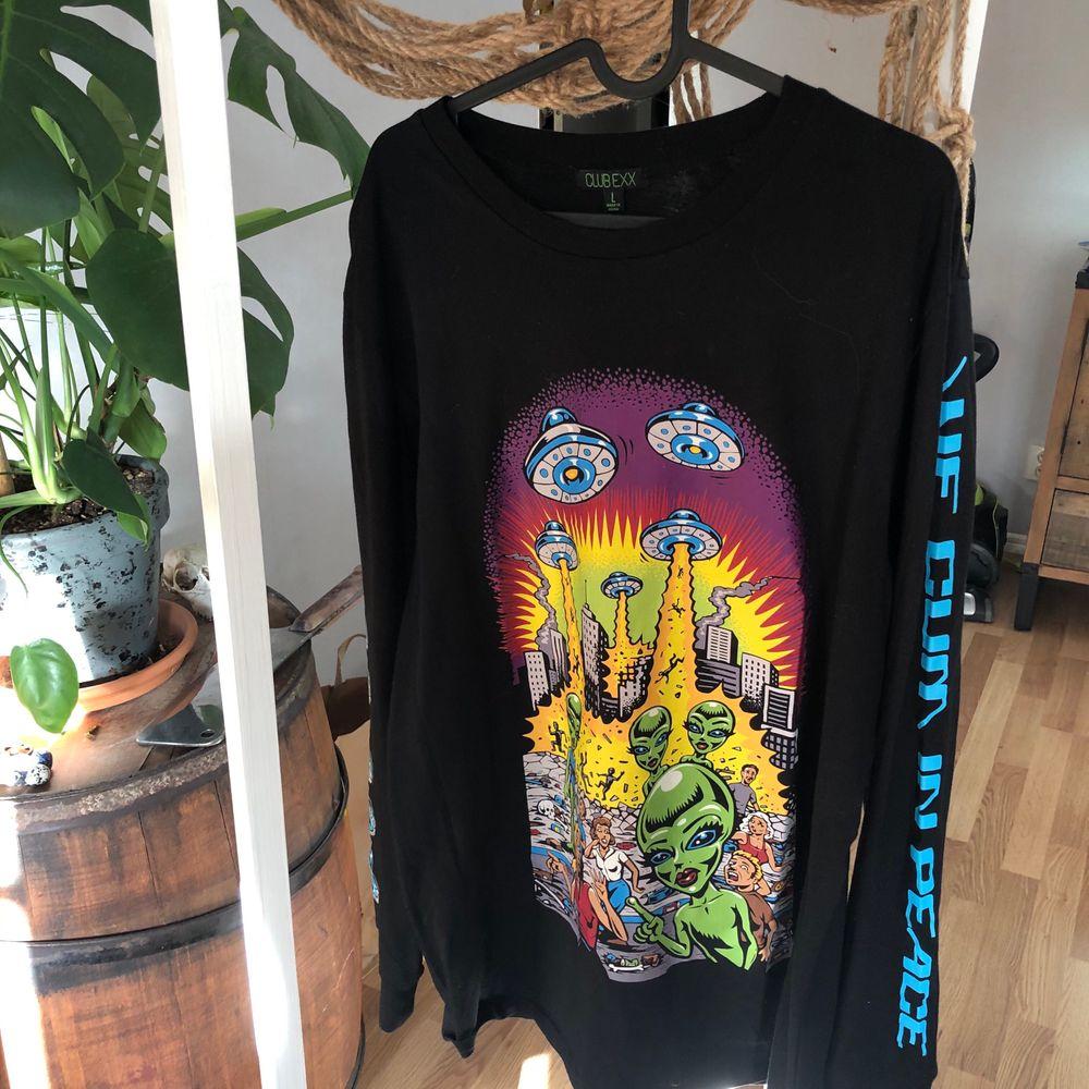 Långärmad tröja från Dollskill med aliens på i Strl L. Köptes från Dollskills hemsida för ca 6 månader sen, använd en gång. Nypris ca 320 kr. . Tröjor & Koftor.