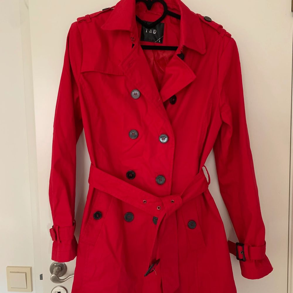 Röd vår kappa köpt i Paris! Köpte den för ca 900kr och den är knappt använd . Jackor.