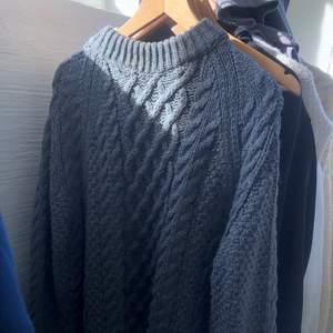 Superfin ny stickad tjock tröja från hm i en jättefin mörkgrå färg🤩 Endast använd en gång, supermysig men komme rinte till användning! Skriv för fler bilder