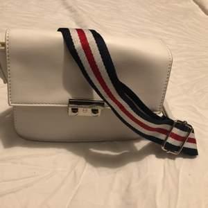 Vit crossbody väska med justerbar axelrem, super fin och passar till allt! Säljer eftersom den inte kommer till användning längre.