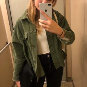 Skitsnygg manchesterjacka från Zara i grön. Köptes förra året men är i jättebra skick! Kontakta om fler bilder önskas. ❤️💕 NUVARANDE BUD: 160kr
