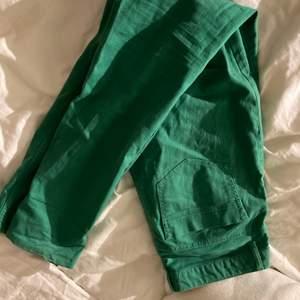 super fina gröna raka jeans ifrpn bondelid💚 säljer då de är förstora för mig som är en XS! väldigt långa på mig som är 165cm!!
