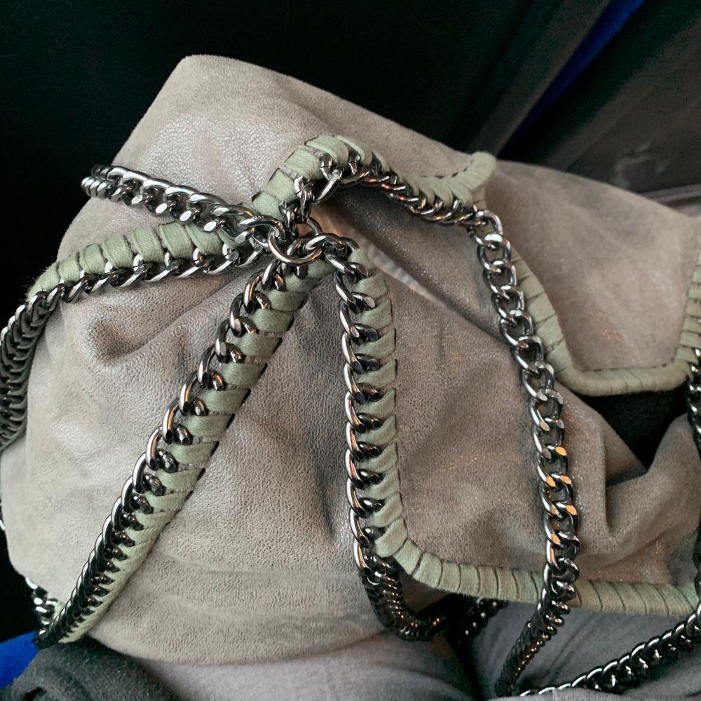 Olivgrön/grå Stella McCartney falabella large i fint skick. Skicka bud privat 😊 äkthetsbevis finns. Väskor.