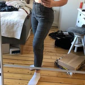 Jättesköna kostymbyxor i en rak modell med lite kortare länge i benen. Jag är 157cm och de går nästan hela vägen ner på benet för mig. Säljer då då de inte kommer till användning längre!