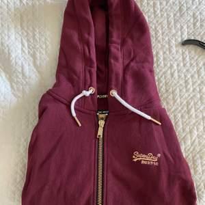Säljer en hoodie från superdry med jättefina gulddetaljer! Använd fåtal gånger och i jättebra skick. Orginalpris 999kr säljer för 250kr!