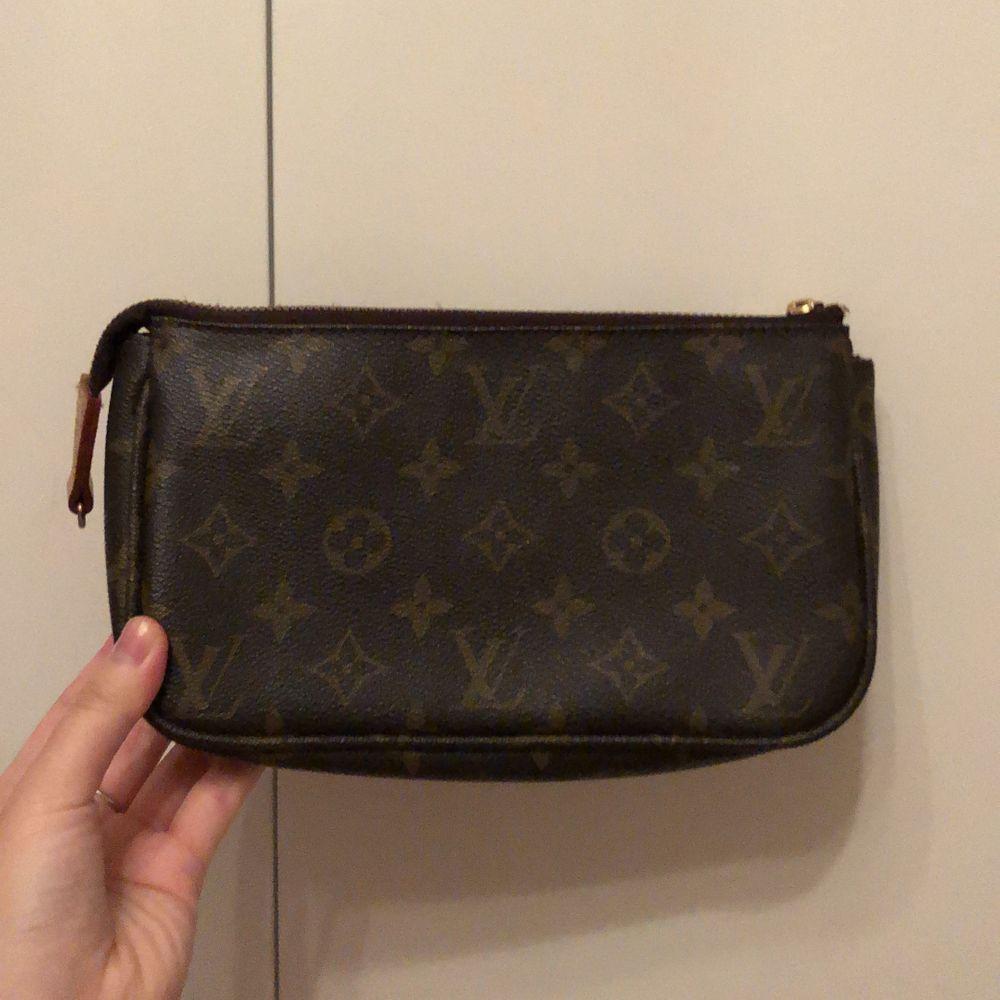 Superfin Och trendig Louis Vuitton väska. Den är slut överallt och är supergulliga, kan användas som en cross body men oxå baguette bag. Har tyvärr inga band som medföljer. Buda gärna . Väskor.