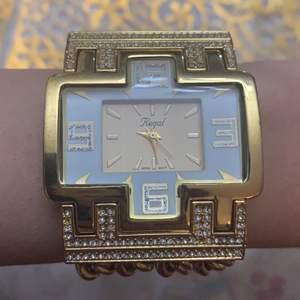 Guldfärgad klocka från Regal, funkar men finns ingen batteri