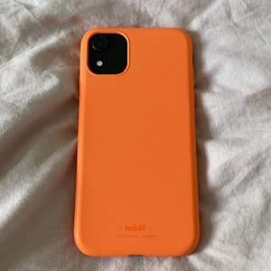 Säljer mitt holdit skal som knappt är använt eftersom jag bytte mobil kort efter jag köpte skalet. Det är i fint skick förutom att det är en liten spricka vid högtalaren som man ser på andra bilden. Passar till iPhone 11 men även till iPhone xr. 75 exklusive frakt❤️