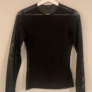 """svart mesh tröja från monki. perfekt för """"layering"""" dvs att ha under andra klädesplagg! väldigt bra skick då den endast använts 2-3 gånger :)"""