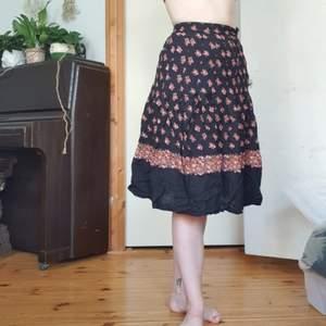 väldigt söt kjol med lite veckat, tunt bomullstyg, fint flow å gulliga röda blommor! knapp å dragkedja i midjan.. ursäkta att den e så skrynklig på bild🌻