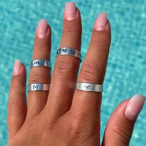 Aluminium ringar som går att justera!!! Det finns i små bokstäver: ish skrivstil, stora bokstäver och hjärta! Frakt tillkommer på 15kr💕