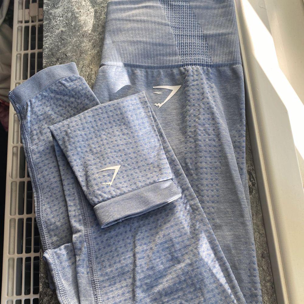 Fin blå gymshark leggings som är knappt andvända, båda märken är på Storlek XS.💙  Nypris 550kr. Mitt pris 250kr plus frakt. Jeans & Byxor.