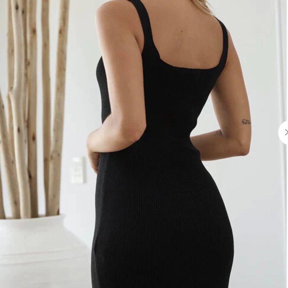 Fin klänning med detalj upptill. Figurnära, skulle säga att den passar både en S och M. Endast provad, som ny ✨. Vid intresse kan jag skicka fler bilder 🦋. Klänningar.