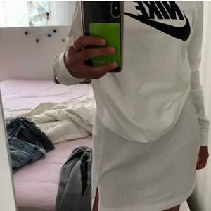 En vit ribbad kjol med slits på ena benet . Helt ny och inga skador på. Säljs för att den inte kommer till användning. Första bilden är min egen!! Säljs för 50kr+frakt 69kr ;)