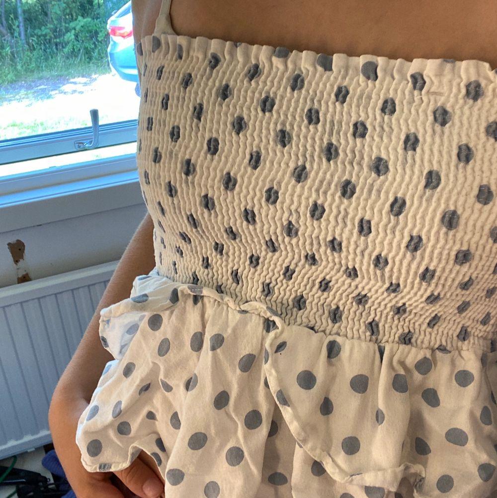 Supergulligt linne från Zara! Säljs ej längre. Finns även band till som man kan ta av och på! Passar mig med S! . Toppar.