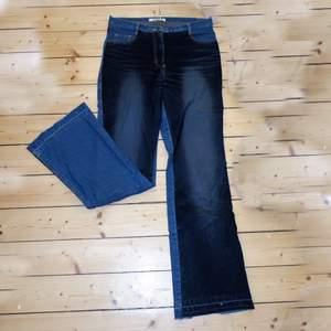 Byxor/jeans med sammetsdetaljer🌅 storlek är liten M/ större S