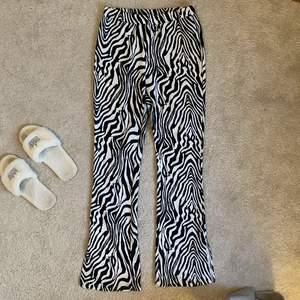 Zebra byxa från Shein med korta slitsar vid byxans slut (framkommer ej på bild) samt med bootcut siluett. Jag är 161 cm lång för referens och dessa är perfekt längd! Kontakta mig vid intresse/frågor. Köparen står för frakt (66kr) & tar endast swish 🥰
