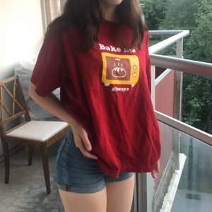 en röd oversized t-shirt från Nineties💕 säljer pga att den har inte kommit till ngn användning längre! skriv om ni har frågor! (inklusive frakt!)