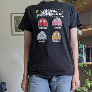 En super söt t-shirt med Pac-Man spökena på. Är använd men den finns inga hål/fläckar/lösa trådar.