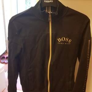 Säljer en Hugo boss tröja i storlek XS