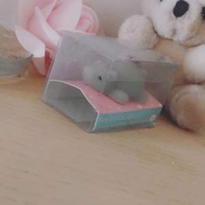 It's a animal like a bear/Koala! Its mini and grey! You gonna have it in a box with a gift! Buy it and love it!!