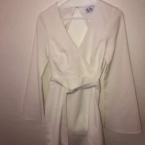 Vit student klänning från en av linn ahlborgs kollektioner med nakd, använd 1 gång, storlek 34, 290kr plus frakt !